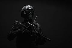GOLPE VIOLENTO del oficial de policía de los ops de espec. fotografía de archivo