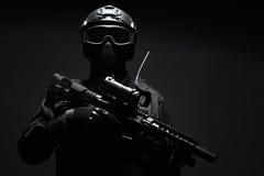 GOLPE VIOLENTO del oficial de policía de los ops de espec. foto de archivo