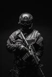 GOLPE VIOLENTO del oficial de policía de los ops de espec. imágenes de archivo libres de regalías