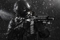 GOLPE VIOLENTO del oficial de policía de los ops de espec. imagenes de archivo