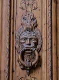 Golpeador adornado en puerta de madera vieja Fotografía de archivo