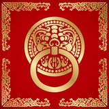 Golpeador chino de la cabeza del león alrededor con el modelo del dragón Imagenes de archivo