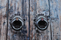 Golpeador chino en puerta de madera agrietada Foto de archivo