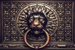 Golpeador de bronce con la cabeza del león imagen de archivo libre de regalías