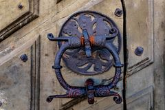 Golpeador de bronce en la puerta de la iglesia en la iglesia de Riddarholmen en Stoc Fotos de archivo
