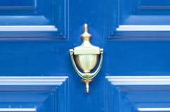 Golpeador de cobre amarillo de oro antiguo viejo en las puertas de madera coloreadas extracto para el cierre que golpea para arri Imagen de archivo libre de regalías