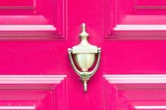 Golpeador de cobre amarillo de oro antiguo viejo en las puertas de madera coloreadas extracto para el cierre que golpea para arri Imagenes de archivo