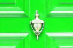 Golpeador de cobre amarillo de oro antiguo viejo en las puertas de madera coloreadas extracto para el cierre que golpea para arri Fotografía de archivo