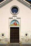 Golpeador de Italia e iglesia marrones de cobre amarillo de la puerta de madera Fotografía de archivo libre de regalías