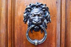 Golpeador de la puerta principal del león Foto de archivo