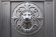 Golpeador de la puerta principal del león Imagen de archivo libre de regalías