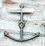 Golpeador de puerta aherrumbrado del ancla en una puerta de madera torcida imagen de archivo libre de regalías