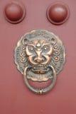 Golpeador de puerta chino antiguo del cobre de la arquitectura Foto de archivo