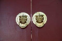 Golpeador de puerta chino antiguo del cobre de la arquitectura Fotografía de archivo libre de regalías