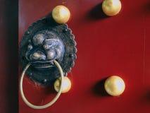 Golpeador de puerta de cobre amarillo tradicional chino en la mansión de Mufu en Lijiang, Yunnan, China foto de archivo