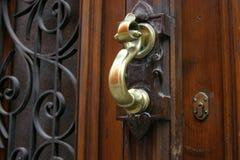Golpeador de puerta de cobre amarillo Imagen de archivo