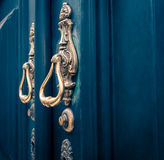 Golpeador de puerta de cobre amarillo adornado imágenes de archivo libres de regalías