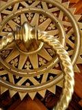 Golpeador de puerta de cobre amarillo elaborado foto de archivo
