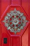 Golpeador de puerta de cobre amarillo redondo adornado Fotografía de archivo libre de regalías