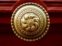 Golpeador de puerta de oro Imágenes de archivo libres de regalías