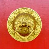 Golpeador de puerta de oro en el monasterio budista de Kapan Imágenes de archivo libres de regalías
