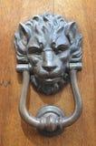 Golpeador de puerta del león en San Gimignano, en Italia del noroeste foto de archivo libre de regalías