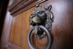 Golpeador de puerta del león del metal Fotografía de archivo