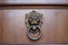 Golpeador de puerta del león del metal Imagen de archivo libre de regalías