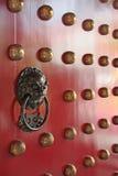 Golpeador de puerta del metal con el grabado del león del dragón Imagen de archivo libre de regalías