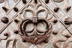 Golpeador de puerta del metal del viejo estilo. Foto de archivo