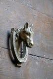 Golpeador de puerta en la puerta de madera marrón vieja Imágenes de archivo libres de regalías