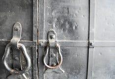Golpeador de puerta en viejo, negro fotos de archivo libres de regalías