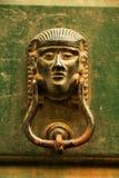 Golpeador de puerta italiano viejo en la madera verde Fotos de archivo libres de regalías