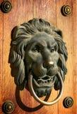 Golpeador de puerta principal del león fotografía de archivo