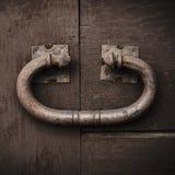 Golpeador de puerta rústico grande, metal del vintage en una puerta de madera vieja imagen de archivo