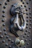 Golpeador de puerta viejo Imágenes de archivo libres de regalías