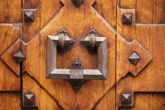 Golpeador de puerta viejo del hierro labrado Imagen de archivo