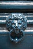 Golpeador de puerta viejo en la forma de la cabeza del león Fotos de archivo