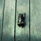 Golpeador de puerta viejo - mano Foto de archivo