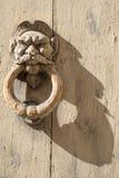 Golpeador de puerta viejo, oxidado imagen de archivo libre de regalías