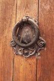 Golpeador de puerta viejo y como campana para llamar a gente Imagen de archivo libre de regalías