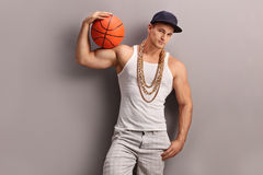 Golpeador masculino joven que lleva a cabo un baloncesto Foto de archivo libre de regalías