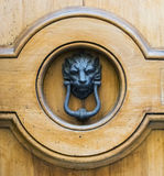 Golpeador principal del león en una puerta de madera vieja Fotografía de archivo libre de regalías