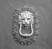 Golpeador principal del león en una puerta de madera vieja en Toscana Imagen de archivo libre de regalías