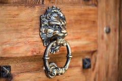 Golpeador principal del león en una puerta de madera vieja Puerta del vintage imagenes de archivo