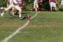 Golpeador que se acerca al fútbol para el saque de centro Foto de archivo