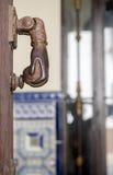 Golpeador viejo del metal en una puerta Fotografía de archivo