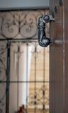 Golpeador viejo del metal en una puerta Foto de archivo libre de regalías