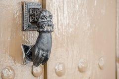 Golpeador viejo del metal en una puerta Foto de archivo