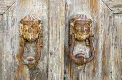 Golpeadores de puerta antiguos en la isla griega Fotografía de archivo libre de regalías